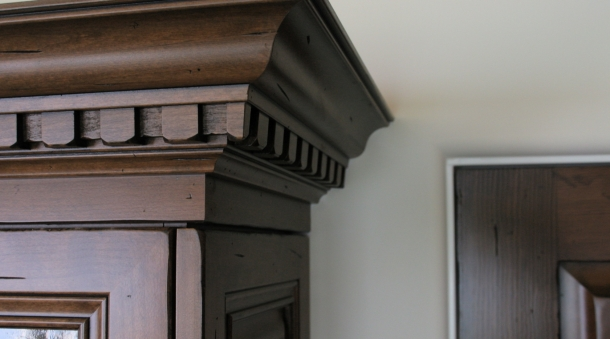 Distressed Alder Dentil Moulding Closeup Photo